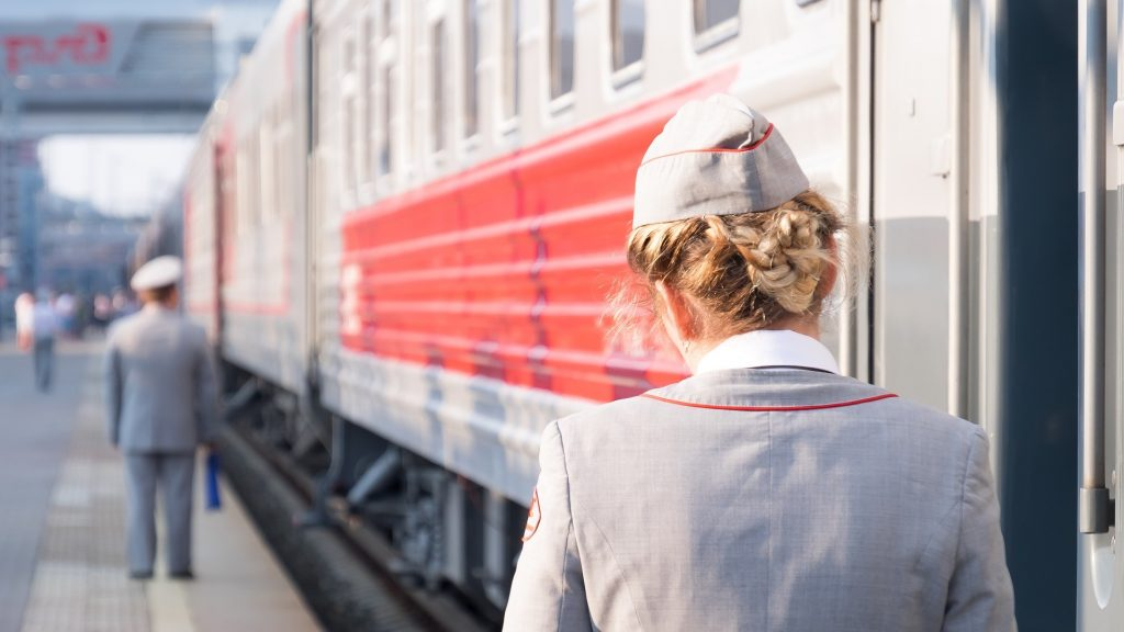 Russische Zugbegleiter in der Transsib