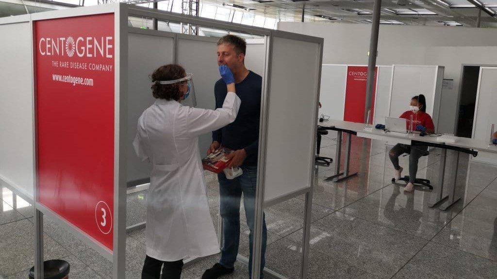 Testpflicht in der CENTOGENE Teststation am Frankfurter Flughafen