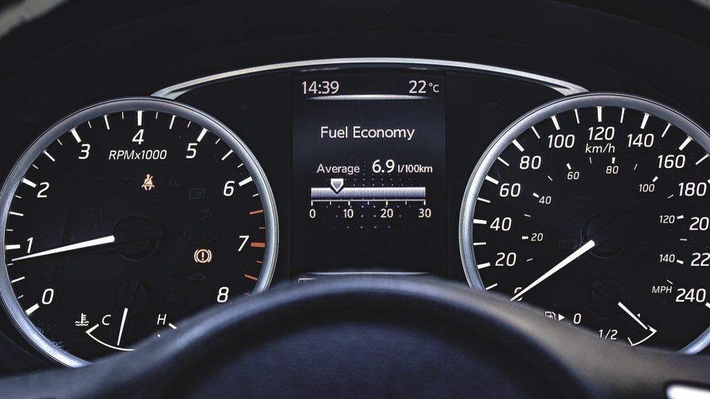 Mietwagen Beispielfoto Tankfüllung und Kilometerstand