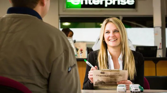Autovermietung Enterprise Rent-A-Car Frau am Schalter