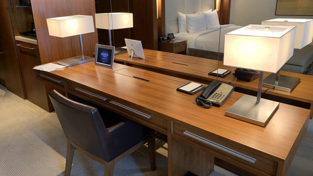 Jw Marriott Dubai Marquis Zimmer Schreibtisch