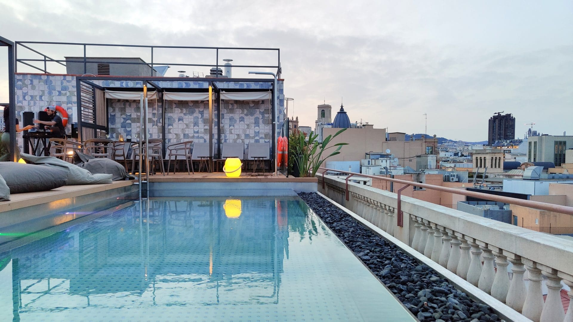 Kimpton Vividora Barcelona Pool Nacht