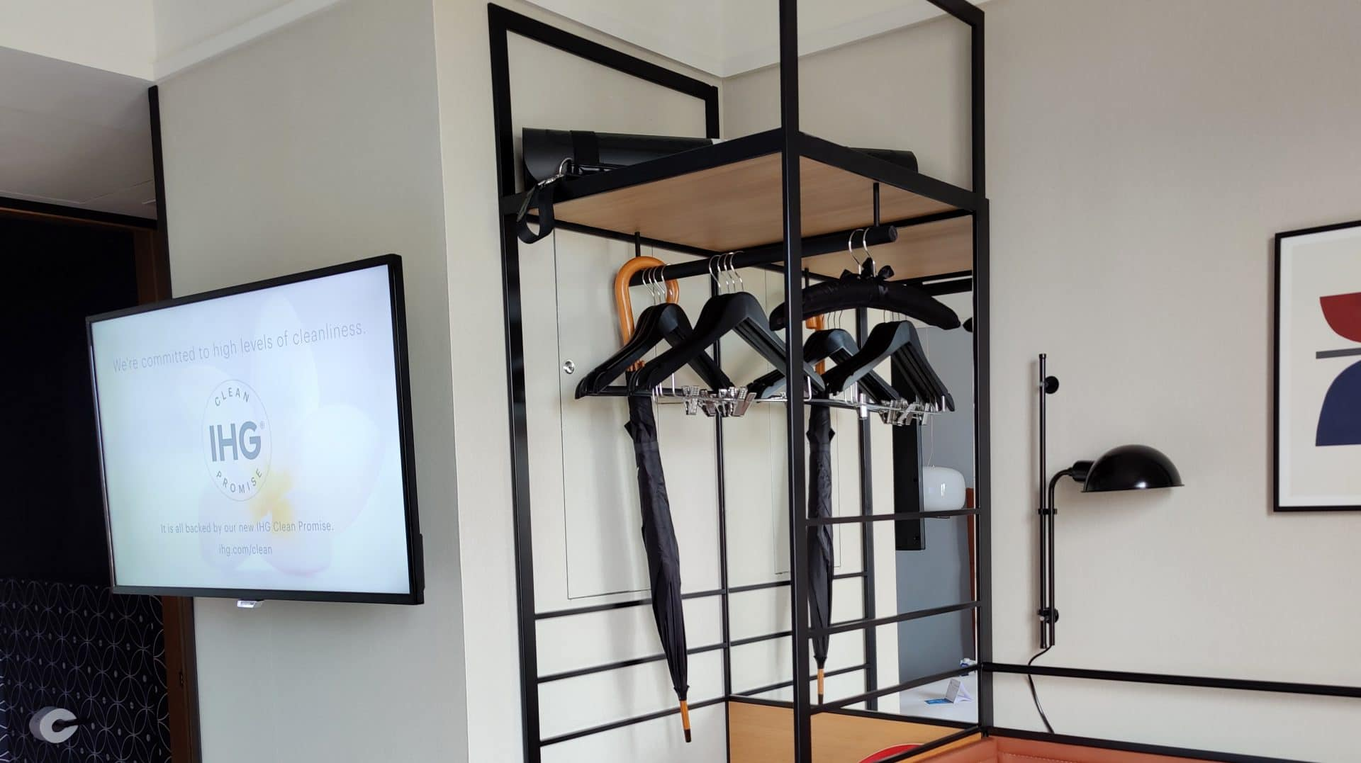 Kimpton Vividora Barcelona Zimmer Schrank