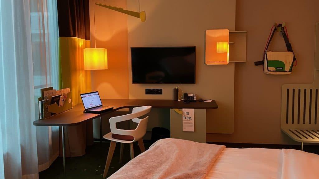 25hours Hotel Zuerich West Blick Vom Bett Auf Den Schreibtisch