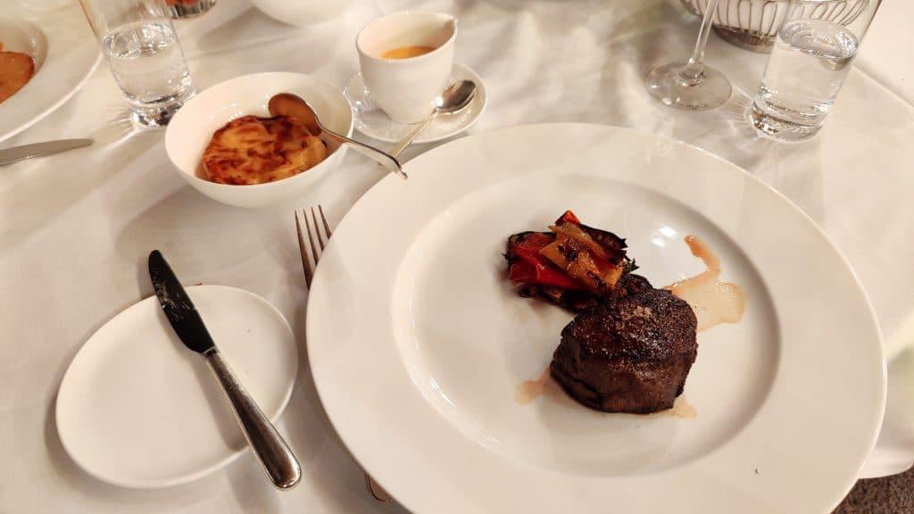 7132 Hotel Vals Blue Bar Abendessen Rinderfilet 2